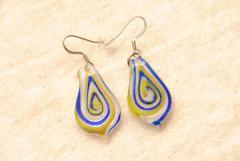 Glas Ohrhänger im Murano-Stil - blau / gelb - Glasanhänger Tropfen Form